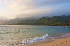 在日出的夏威夷海滩 库存照片