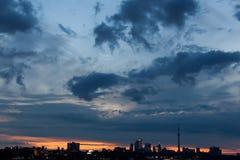 在日出的多伦多地平线 库存照片