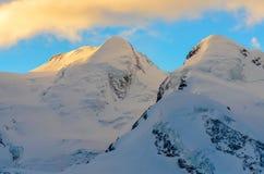 在日出的多雪的山峰 图库摄影