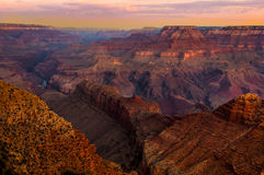 在日出的大峡谷五颜六色的风景视图 免版税库存图片