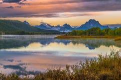 在日出的大提顿峰反射 免版税图库摄影