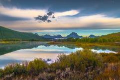 在日出的大提顿峰反射 免版税库存照片