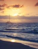 在日出的大西洋 空的海滩 库存照片