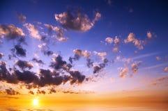 在日出的天空背景 库存照片