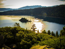 在日出的太浩湖的鲜绿色海湾 库存图片