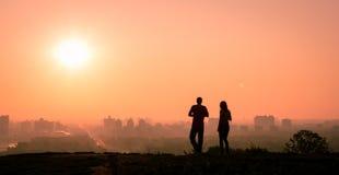 在日出的夫妇 免版税图库摄影