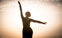 在日出的妇女跳舞 免版税库存图片