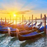 在日出的威尼斯式长平底船 免版税库存图片