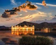 在日出的宫殿Jal玛哈尔 Jal玛哈尔人的水宫殿 库存图片