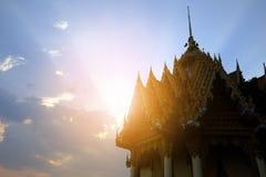 在日出的寺庙在泰国 库存照片