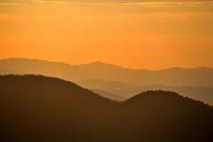 在日出的小山 免版税库存照片