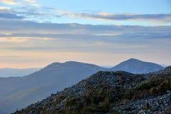 在日出的小山 库存图片