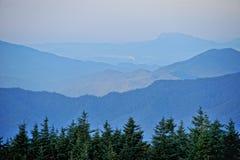 在日出的小山 库存照片