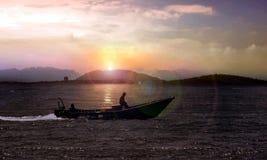 在日出的小渔船 库存图片