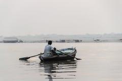 在日出的小船在瓦腊纳西,印度 免版税库存照片