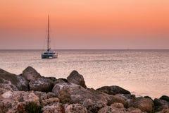 在日出的小船在罗得岛海岛的岸  希腊 库存图片