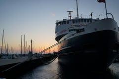 在日出的小船 免版税库存图片