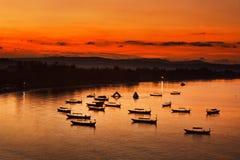 在日出的小船 免版税库存照片