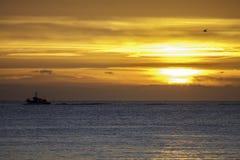 在日出的小船 库存照片