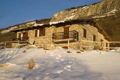 在日出的山小屋 库存图片