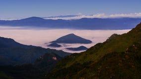 在日出的山薄雾 免版税图库摄影