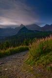 在日出的山道路在Tatra山- Hala Gasienicowa 库存照片