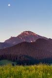 在日出的山Choc在Dolny Kubin,斯洛伐克附近 库存图片