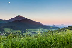 在日出的山Choc在Dolny Kubin,斯洛伐克附近 免版税库存图片