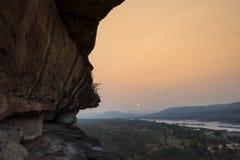 在日出的峭壁 免版税库存照片