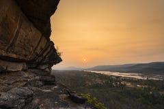在日出的峭壁 免版税库存图片