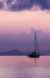 在日出的帆船 库存图片