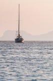 在日出的帆船 免版税库存图片
