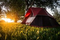在日出的帐篷 免版税库存照片