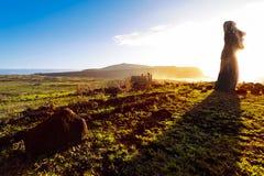 在日出的常设moai在复活节岛 库存图片