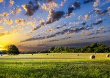 在日出的干草捆 免版税库存图片
