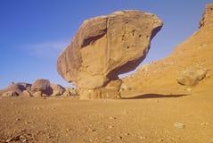 在日出的平衡的岩石在利斯轮渡,在大理石峡谷,亚利桑那的银朱的峭壁附近 库存图片