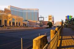 在日出的拉斯维加斯主街上 库存图片