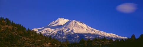 在日出的挂接Shasta 免版税库存图片