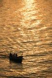 在日出的捕鱼剪影 免版税库存照片