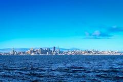 在日出的旧金山市地平线 免版税库存照片