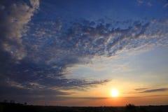 在日出的早晨太阳在多云天空 免版税库存照片