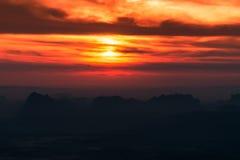 在日出的明亮和五颜六色的高山风景 获取 库存图片