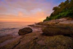 在日出的普吉岛海滩与在前景的有趣的岩石 库存照片