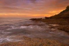 在日出的普吉岛海滩与在前景的有趣的岩石 免版税库存图片