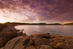 在日出的普吉岛海滩与在前景的有趣的岩石 免版税库存照片