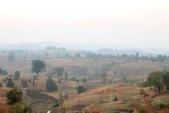 在日出的有雾的山谷在纳西克的,马哈拉施特拉,印度村庄 免版税库存照片