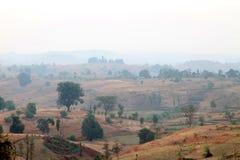 在日出的有雾的山谷在纳西克的,马哈拉施特拉,印度村庄 库存图片