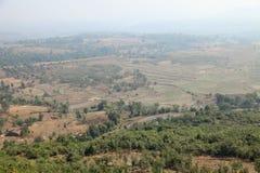 在日出的有雾的山谷在纳西克的,马哈拉施特拉,印度村庄 免版税库存图片