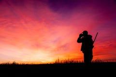 在日出的步枪猎人 免版税库存照片