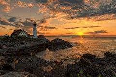 在日出的波特兰灯塔,缅因,美国 图库摄影